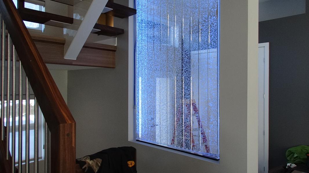mur de bulles comme cloison dans un escalier laval. Black Bedroom Furniture Sets. Home Design Ideas