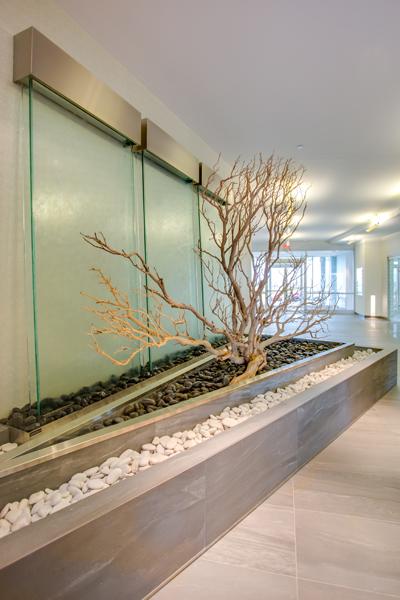 trois murs d 39 eau derri re un design naturel. Black Bedroom Furniture Sets. Home Design Ideas
