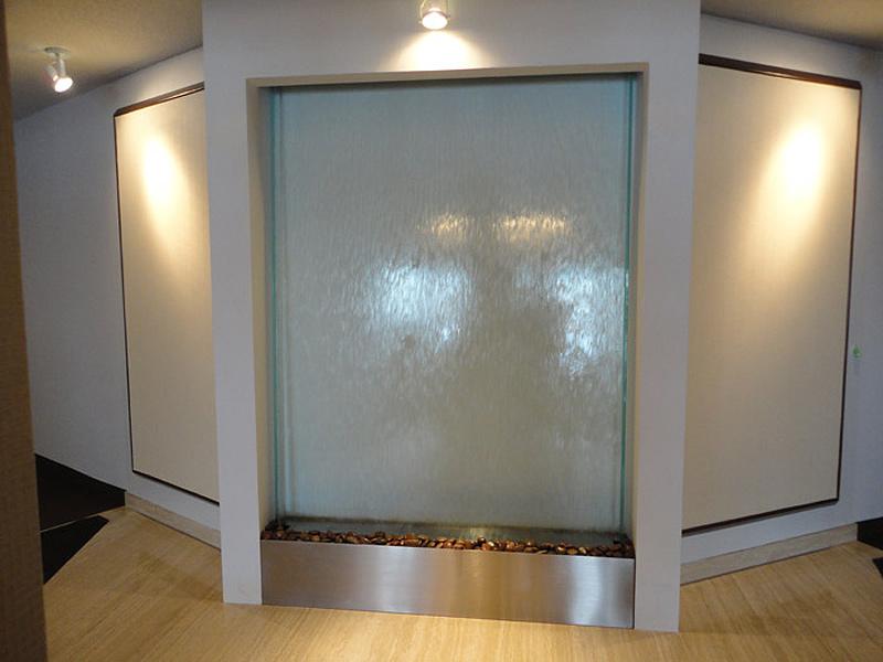 mur d 39 eau sur vitre situ dans un hall d 39 entreprise. Black Bedroom Furniture Sets. Home Design Ideas