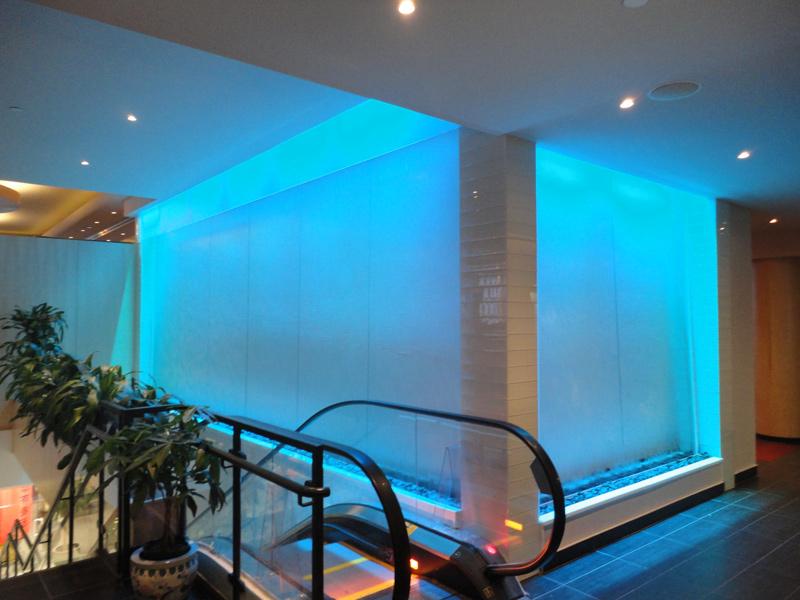 122 construction d 39 un mur d 39 eau int rieur sur vitre grand format l 39 h tel le crystal. Black Bedroom Furniture Sets. Home Design Ideas